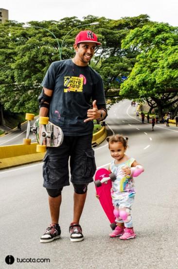 Simon Santamaria y Zoe la bebe skater
